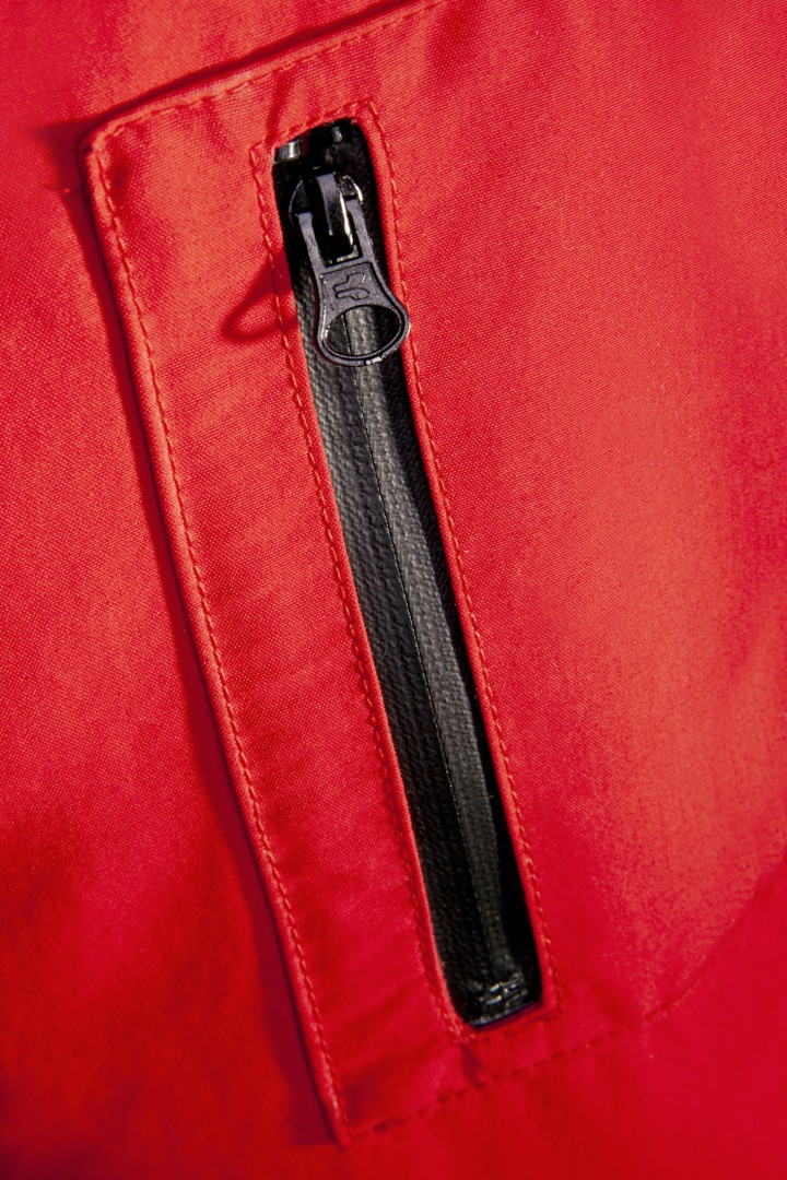 1 patched smartphone pocket on the left sleeve with splash-proof zip closure