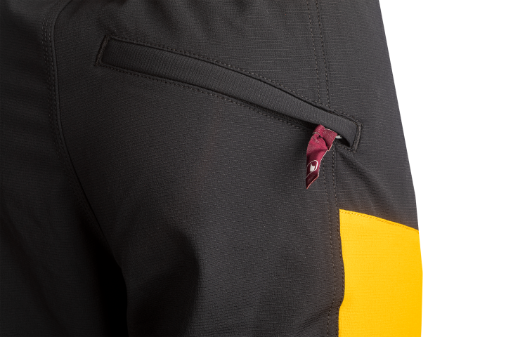 1 eingesetzte Handy-Tasche mit Reißverschluss am rechten Oberschenkel