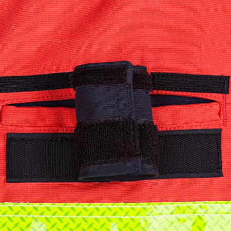 2 ingezette borstzakken met klep en klittenbandsluiting